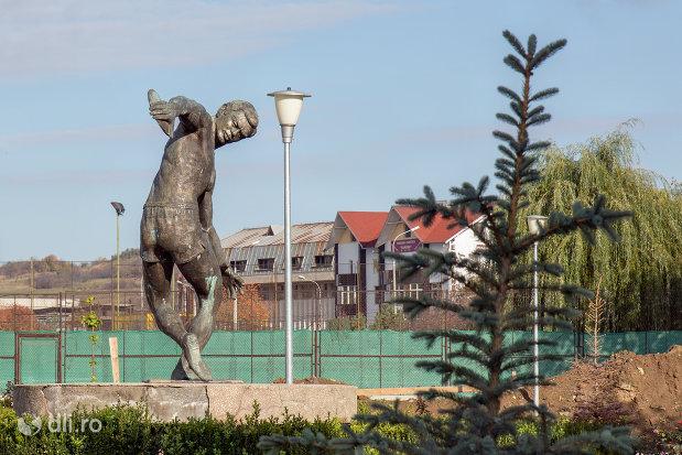 statuie-langa-sala-sporturilor-din-zalau-judetul-salaj.jpg