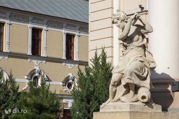 statuie-langa-teatrul-de-stat-din-oradea-judetul-bihor.jpg