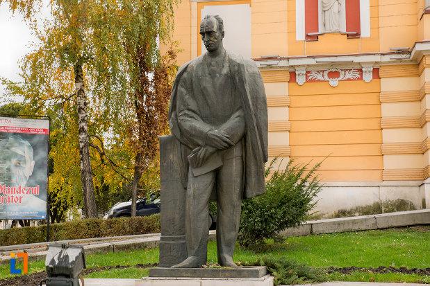 statuie-langa-teatrul-national-din-cluj-napoca-judetul-cluj.jpg