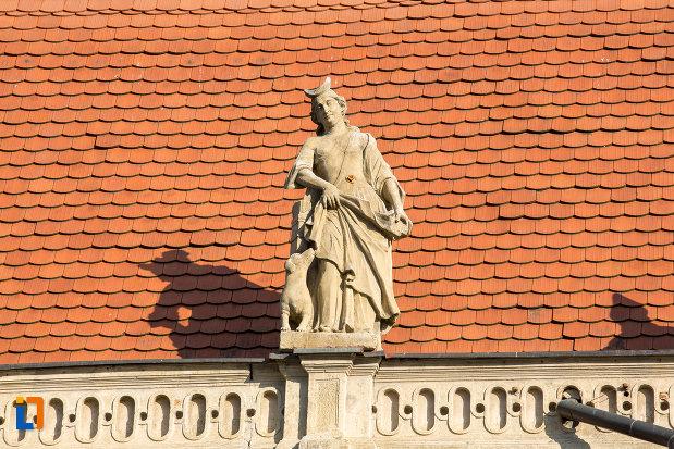 statuie-pe-acoperisul-de-la-palatul-banffy-din-cluj-napoca-judetul-cluj.jpg