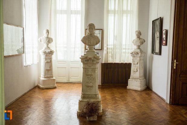 statuiexpuse-in-muzeul-de-arta-si-arta-populara-palatul-marincu-din-calafat-judetul-dolj.jpg