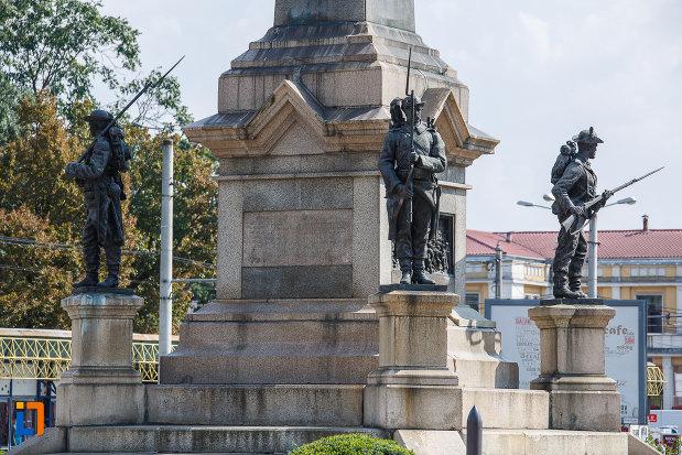 statuile-de-la-monumentul-vanatorilor-din-razboiul-de-independenta-din-ploiesti-judetul-prahova.jpg
