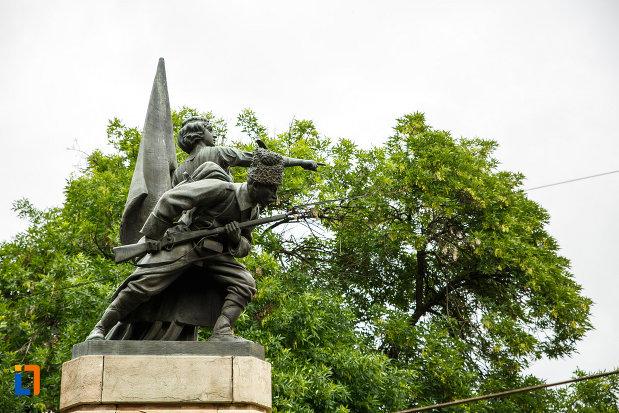 statuile-de-pe-monumentul-independentei-din-focsani-judetul-vrancea.jpg