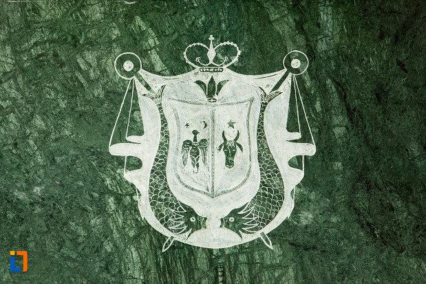 stema-de-la-bustul-domnitorului-alexandru-ioan-cuza-din-tecuci-judetul-galati.jpg