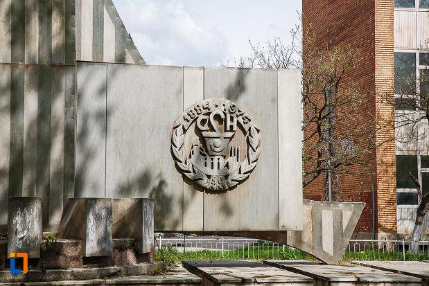 stema-de-pe-monumentul-csh-din-hunedoara-judetul-hunedoara.jpg