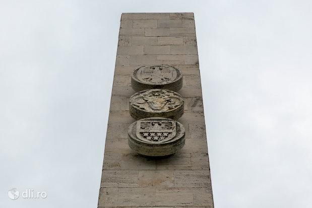 steme-de-pe-monumentul-mihai-viteazul-din-guruslau-judetul-salaj.jpg