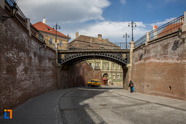 strada-ce-trece-pe-sub-podul-metalic-podul-minciunilor-1859-din-sibiu-judetul-sibiu.jpg
