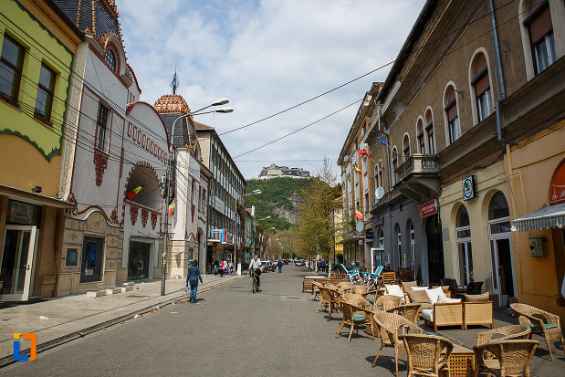 strada-din-orasul-deva-judetul-hunedoara-cu-cladiri-istorice.jpg
