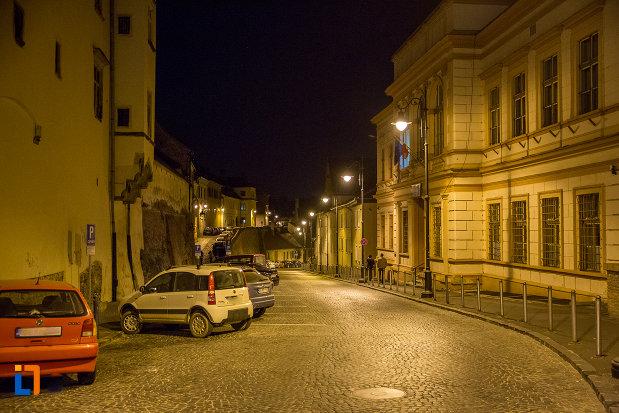 strada-din-orasul-sibiu-judetul-sibiu-fotografiata-noaptea.jpg