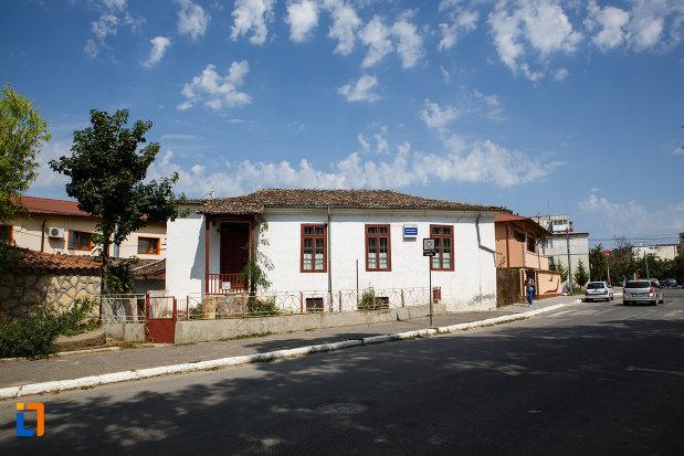strada-pe-care-se-afla-casa-panaghia-expozitia-de-arta-orientala-din-babadag-judetul-tulcea.jpg