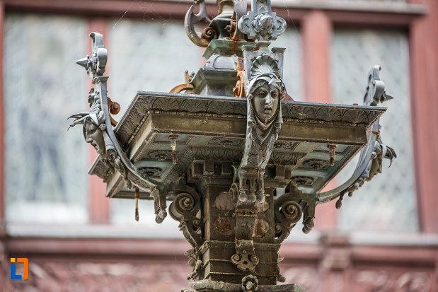 suport-cu-sculpturi-castelul-peles-din-sinaia-judetul-prahova.jpg