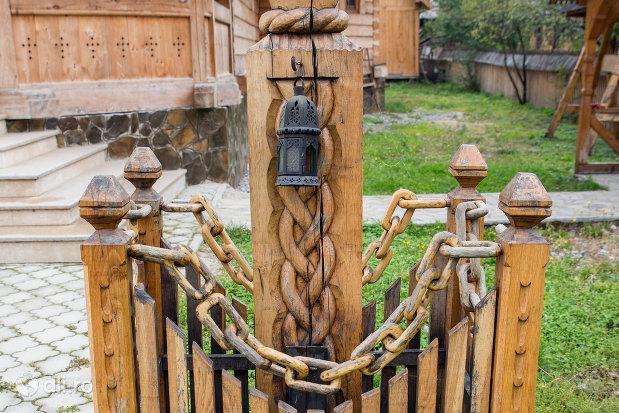 suport-sculptat-de-la-biserica-de-lemn-sfintii-romani-din-dragomiresti-judetul-maramures.jpg