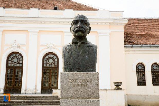 take-ionescu-grupul-statuar-din-fata-salii-unirii-din-alba-iulia-judetul-alba.jpg