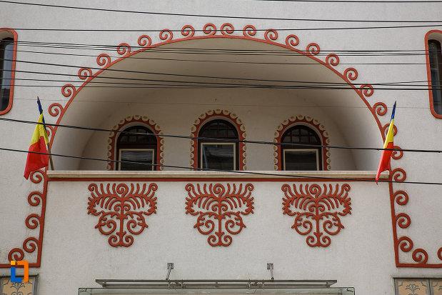 teatrul-de-arta-dramatica-din-deva-judetul-hunedoara-balcon-cu-drapeluri.jpg