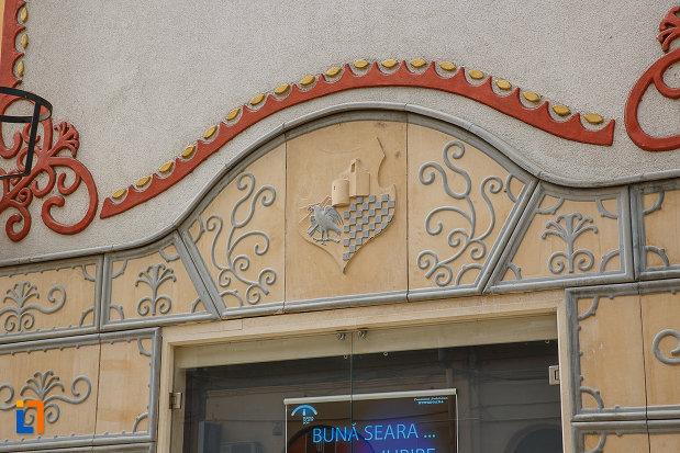 teatrul-de-arta-dramatica-din-deva-judetul-hunedoara-detalii-decorative-de-la-ferestre.jpg