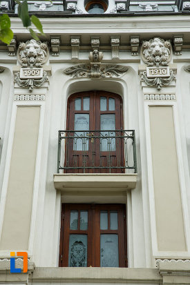 teatrul-mr-gh-pastia-din-focsani-judetul-vrancea-fotografie-cu-ferestre-si-sculpturi.jpg