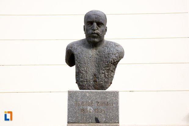 teodor-mihalo-grup-statuar-in-fata-salii-unirii-din-alba-iulia-judetul-alba.jpg
