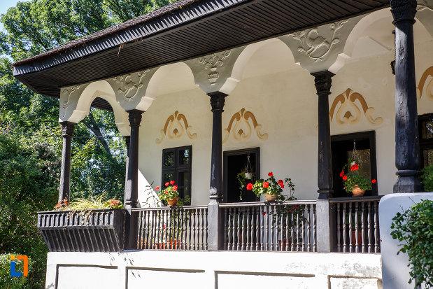 terasa-cu-flori-muzeul-conacul-bellu-din-urlati-judetul-prahova.jpg