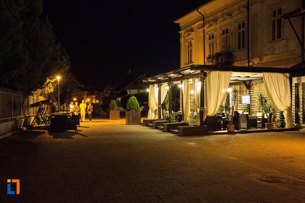 terasa-din-orasul-targoviste-judetul-dambovita-iluminata-noaptea.jpg