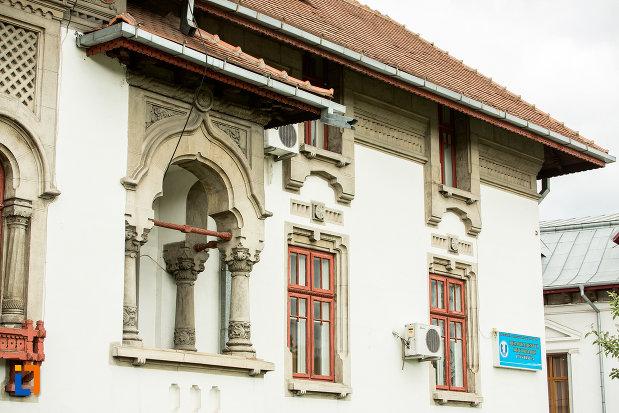 terasa-si-ferestre-de-la-biblioteca-universitara-tudor-arghezi-din-targu-jiu-judetul-gorj.jpg