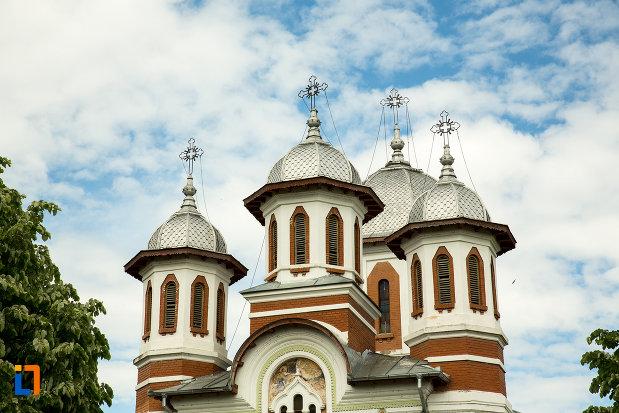 toate-turnurile-de-la-biserica-sf-apostoli-si-sf-gheorghe-din-caracal-judetul-olt.jpg