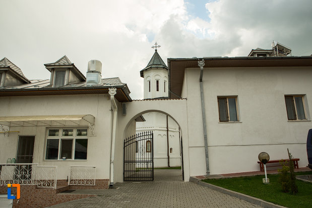 trecere-intre-spatiile-de-la-manastirea-clocociov-din-slatina-judetul-olt.jpg