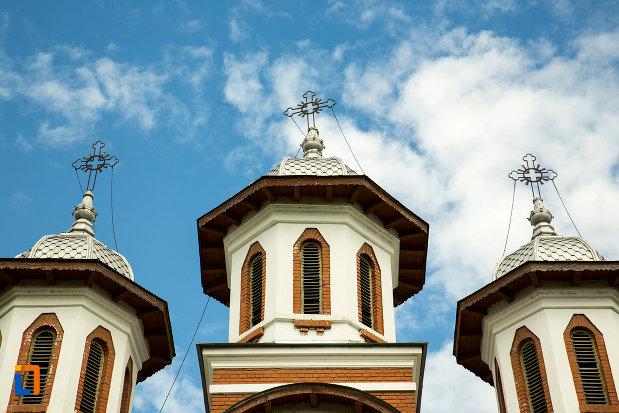 trei-turnuri-cu-cruce-biserica-sf-apostoli-si-sf-gheorghe-din-caracal-judetul-olt.jpg
