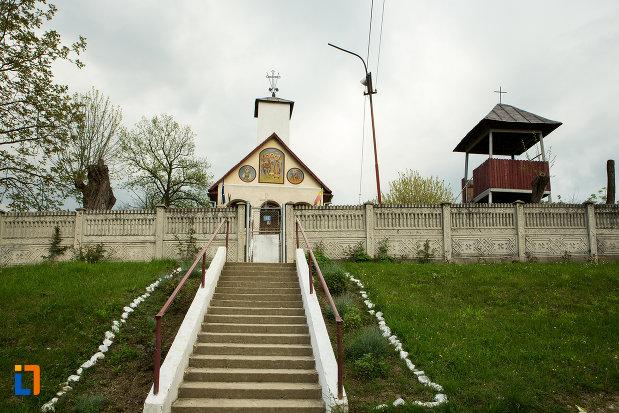 trepte-care-urca-la-biserica-sf-voievozi-din-leurda-judetul-gorj.jpg