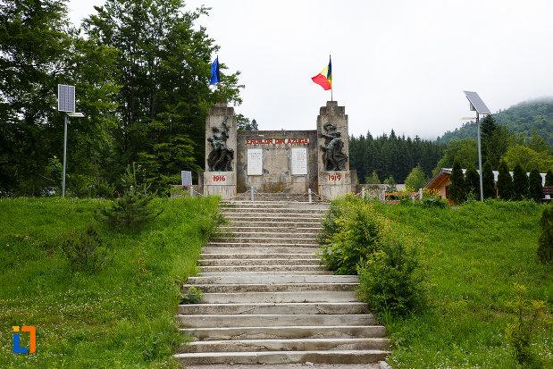 trepte-care-urca-la-monumentul-eroilor-din-azuga-judetul-prahova.jpg