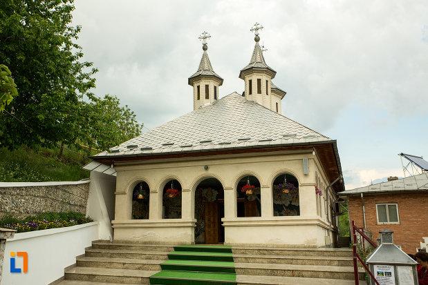 trepte-cu-covor-verde-manastirea-clocociov-din-slatina-judetul-olt.jpg