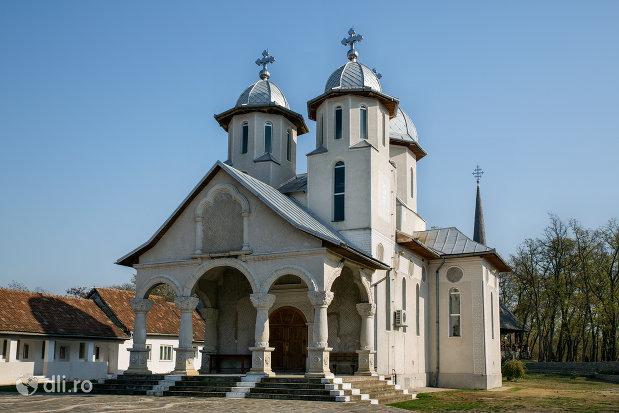 trepte-de-intrare-in-manastirea-scarisoara-noua-judetul-satu-mare.jpg