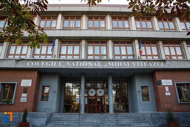 trepte-de-la-intrarea-in-liceul-sf-petru-si-pavel-azi-colegiul-national-mihai-viteazul-din-ploiesti-judetul-prahova.jpg