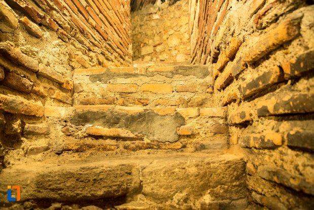 trepte-din-tunelul-de-la-asezarea-romana-sucidava-din-corabia-judetul-olt.jpg