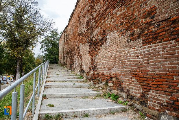 trepte-langa-latura-de-vest-bastionul-rotund-si-turn-curtine-fragmente-a-cetatii-din-medias-judetul-sibiu.jpg