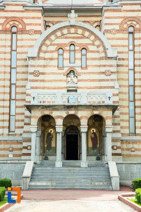 trepte-si-coloane-de-la-catedrala-ortodoxa-sf-gheorghe-din-tecuci-judetul-galati.jpg
