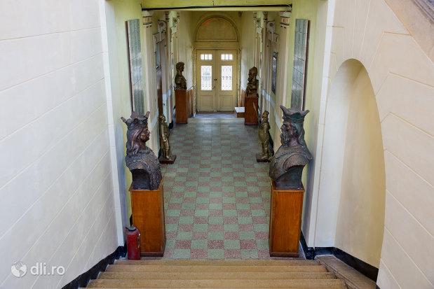 trepte-si-culoar-muzeul-militar-din-oradea-judetul-bihor.jpg