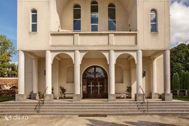 trepte-si-intrare-in-biserica-greco-catolica-din-bixad-judetul-satu-mare.jpg