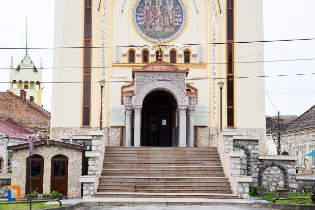 trepte-si-intrare-in-catedrala-ortodoxa-sfintii-trei-ierarhi-din-aiud-judetul-alba.jpg