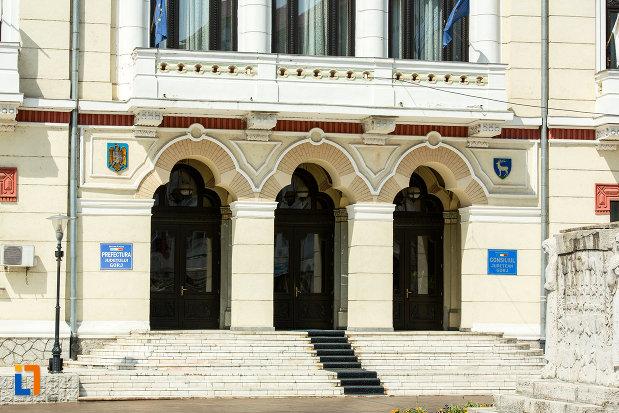trepte-si-intrarea-in-prefectura-judetului-gorj-din-targu-jiu.jpg