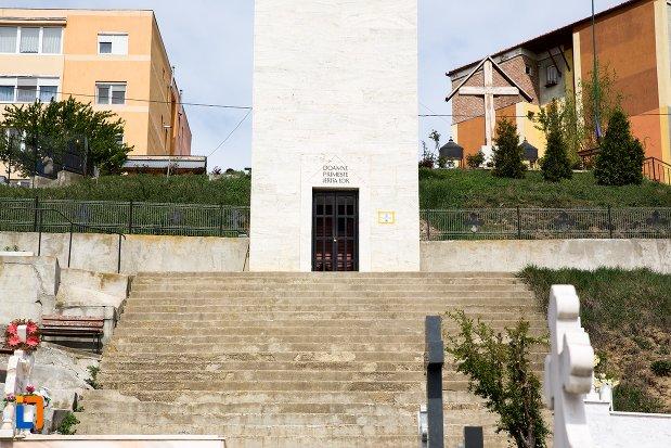 trepte-si-intrarea-in-schitul-din-aiud-judetul-alba.jpg