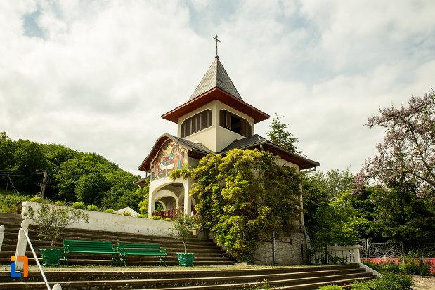 trepte-spre-biserica-de-la-manastirea-sf-ana-din-orsova-judetul-mehedinti.jpg