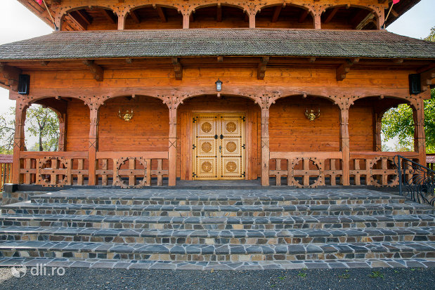 trepte-spre-biserica-ortodoxa-din-seini-judetul-maramures.jpg