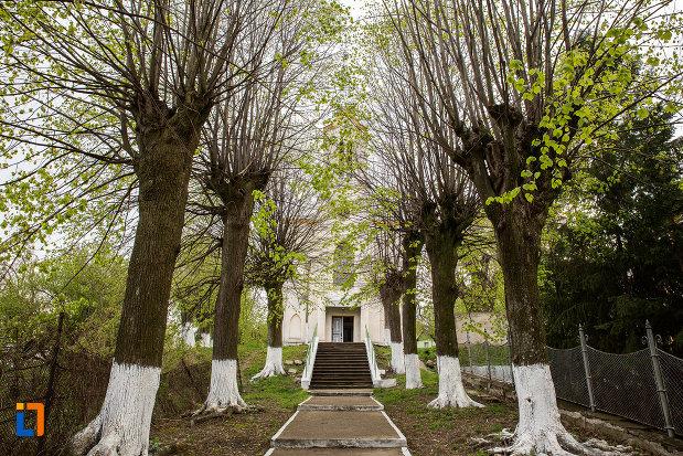 trepte-spre-biserica-romano-catolica-din-anina-judetul-caras-severin.jpg