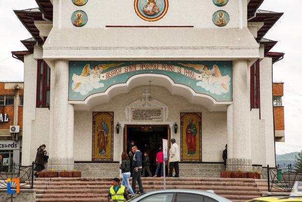 treptele-de-la-biserica-sf-apostoli-petru-si-pavel-din-ramnicu-valcea-judetul-valcea.jpg