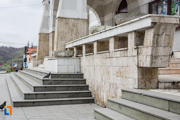 treptele-de-la-cazinoul-functionarilor-azi-teatrul-i-d-sarbu-din-petrosani-judetul-hunedoara.jpg