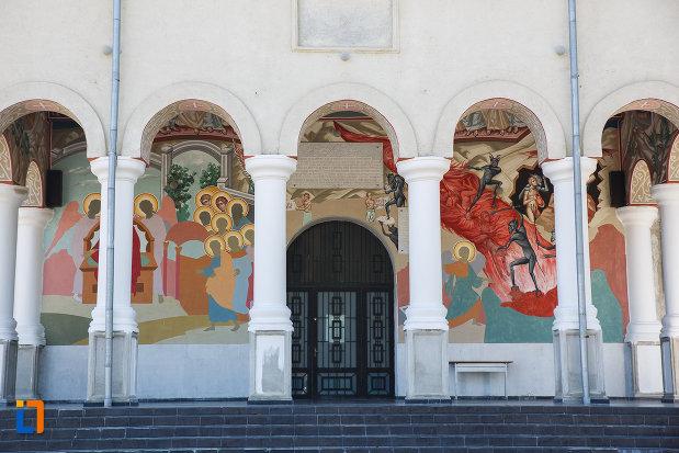 treptele-si-usa-de-la-biserica-inaltarea-domnului-din-plopeni-judetul-prahova.jpg