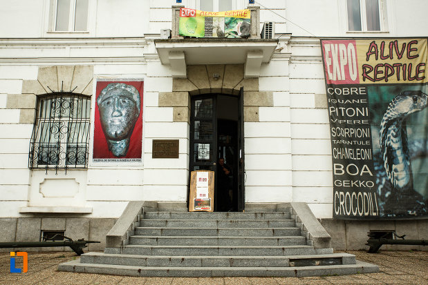 treptele-si-usa-muzeului-de-istorie-din-ramnicu-valcea-judetul-valcea.jpg