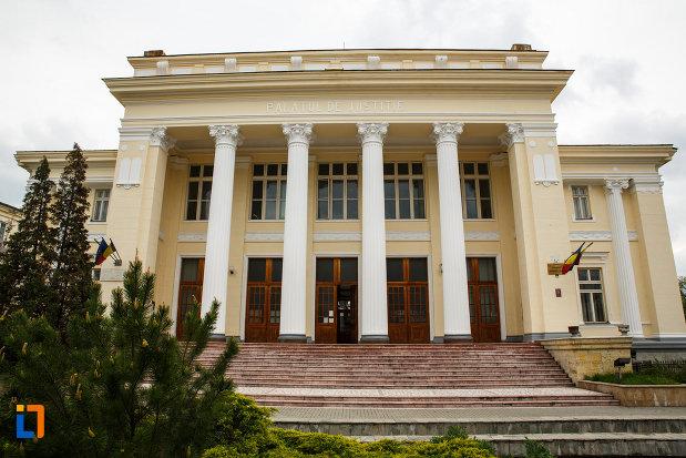tribunalul-judetului-valcea-fostul-palat-de-justitie-din-ramnicu-valcea-judetul-valcea-imagine-cu-treptele-si-coloanele-cladirii.jpg