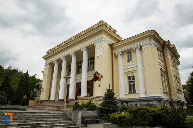 tribunalul-judetului-valcea-fostul-palat-de-justitie-din-ramnicu-valcea-judetul-valcea-vazut-din-lateral.jpg