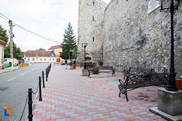 trotuar-langa-cetatea-din-ghimbav-judetul-brasov.jpg